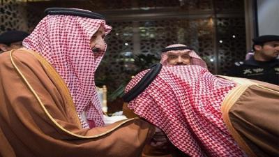بالفيديو : الأمير محمد بن سلمان يُقبل قدم والده الملك سلمان