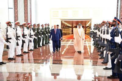 بالصور .. الرئيس هادي يصل الإمارات .. ومسؤول الإستخبارات في إستقباله