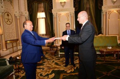 بالصور .. الرئيس هادي يتسلم أوراق اعتماد سفراء بريطانيا والسويد وكوريا الجنوبية لدى اليمن