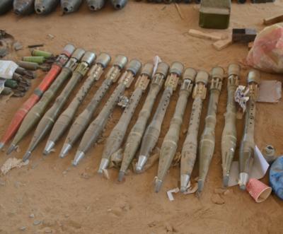 """الجيش اليمني يعلن ضبط مخزن للأسلحة تابع لـ""""القاعدة"""" شرقي البلاد ( صور)"""
