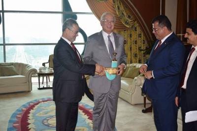 """المخلافي يلتقي رئيس الوزراء الماليزي ويلبسه """" الجنبية """" ( صوره)"""