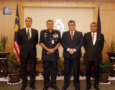 السفير اليمني لدى ماليزيا يلتقي المفتش العام للشرطة الملكية الماليزية