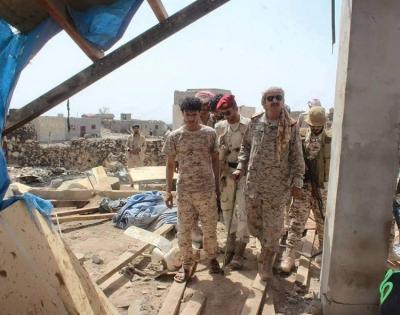 قائد المنطقة العسكرية الثالثة يزور مسجد كوفل بمأرب الذي إستهدفته صواريخ الحوثيين وخلف عشرات القتلى( صور)