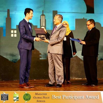 """شاب يمني حائز على جائزة  رئيس الوزراء الأسبق """" مهاتير محمد """"  يشارك قصته الملهمة مع مهاتير""""( فيديو )"""