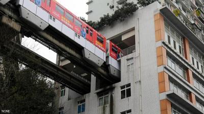 قطار يمر داخل برج سكني.. هكذا تحل الصين أزمة كثافة السكان ( صور)