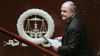 إستقالة وزير الداخلية الفرنسي على خلفية فضيحة توظيفه ابنتيه في برلمان فرنسا