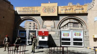أعضاء مجلس النواب بصنعاء يحتجون على عدم صرف مستحقاتهم  بعد عجزهم عن سحب الثقة من حكومة بن حبتور