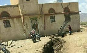 تشققات أرضية غريبة وهبوط للتربة في محافظة ذمار ( صور)
