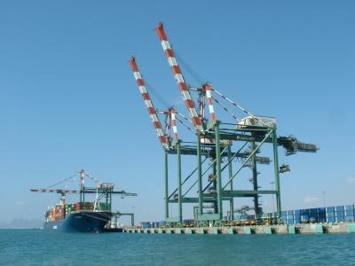 الأمن البحري بعدن يحبط تهريب باخرة أجنبية من الميناء بعد إشتباكات