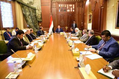 الرئيس هادي يترأس إجتماعاً بمستشاريه بحضور نائبه ورئيس الوزراء( صوره)