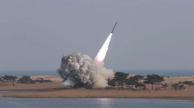 الحوثيون يطلقون 12 صاروخاً على مدينة المخا