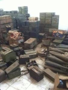 قوات الجيش والمقاومة تسيطر على مخزن كبير للأسلحة في محيط معسكر خالد ( صور)