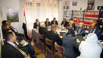 بن دغر يترأس اجتماع لسفراء اليمن في أوروبا ( صوره)