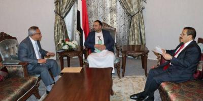 هكذا إستطاع الوكيل إقالة الوزير.. الصماد يلغي قرار تعيين الوزير هشام شرف وينتصر للقيادي الحوثي الذي تعرض للإهانة ( صور)