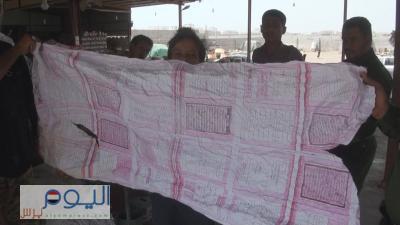 ( شاهد بالصور) أمن محافظة الحديدة يداهم أحواش تستخدم منهج القرآن الكريم والتربية الإسلامية  لغرض تغليف الفواكه