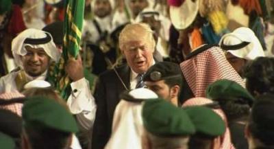 """بالفيديو .. الرئيس الأمريكي """" ترامب """" يؤدي رقصة العرضة السعودية إلى جانب الملك سلمان"""