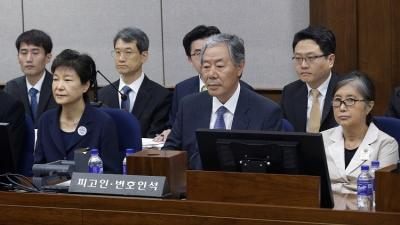 بالصور .. رئيسة كوريا الجنوبية المعزولة تمثل أمام المحكمة مقيدة اليدين