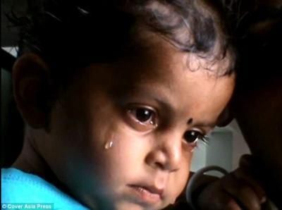 شاهد الصورة التي أبكت العالم.. طفل هندي يحاول أن يرضع من أمه الميتة على الطريق
