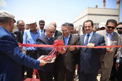 رئيس الوزراء يصل عدن ويفتتح محطة الكهرباء يرافقه محافظ عدن وعدداً من الوزراء ( صوره)