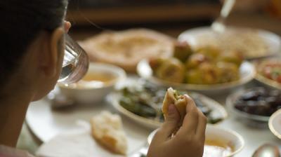 لماذا يزيد الوزن عند الكثيرين في رمضان رغم الصيام؟
