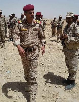 """شاهد صورة للعميد الركن """" التويتي """" قائد اللواء 29 ميكا قبل مقتله وهو يتفقد جبهات القتال في نهم"""