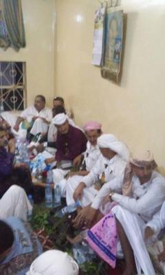 إجتماع لمشائخ ووجهاء الخبت بالمحويت  حول حادثة إعتداء قيادي حوثي ومرافقيه على مواطنين بأعقاب البنادق