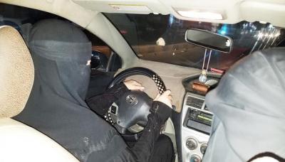 كيف تمكنت امرأة يمنية من تأسيس مشروعاً لتوصيل وتعليم النساء لقيادة السيارات