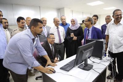 بن دغر يدشن العمل بنظام سويفت في البنك المركزي اليمني بعدن
