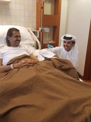"""أمير قطر """" تميم """" يزور والده في المستشفى ( صوره)"""