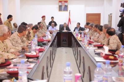 بن دغر يزور مقر عمليات وزارة الدفاع في القصر الجمهوري بعدن ويلتقي قيادات الوزارة