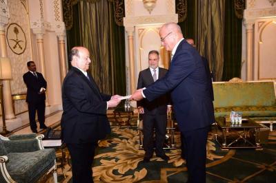 الرئيس هادي يتسلم أوراق إعتماد عدداً من السفراء