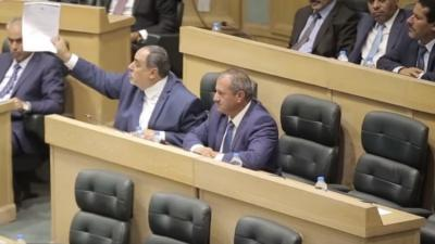 بالفيديو .. عراك ومشادات بين نواب أردنيين على خلفية حادث السفارة الإسرائيلية في عمّان