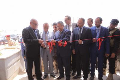 بالصور .. بن دغر يفتتح عدداً من المشاريع في عدن