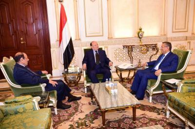 إجتماع ثلاثي ضم الرئيس هادي والفريق علي محسن الأحمر وبن دغر ( صوره)