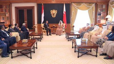بن دغر يعقد جلسة مباحثات رسمية مع نظيره البحريني