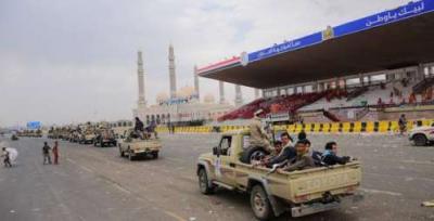 الحوثيون يقومون بإستعراض قوتهم بالأطقم والمعدات العسكرية في ميدان السبعين عقب مغادرة حشود المؤتمر ( صوره)