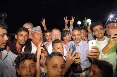 بالصور .. بن دغر يتجول في عدن ويلتقي بالمواطنين