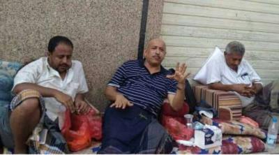 بالصور .. محافظ تعز يعتصم أمام البنك المركزي