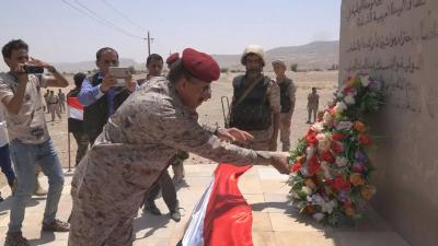 رئيس الأركان يضع إكليلاً من الزهور على ضريح الشهيد علي عبدالمغني
