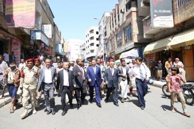 نائب رئيس الوزراء وعدداً من أعضاء الحكومة  يتجولون في شوارع وأحياء مدينة تعز ويدشنون صرف المرتبات ( صوره)