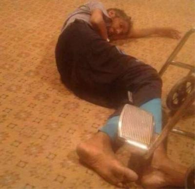 """صورة مؤلمة لمواطن يمني وهو """" يصارع الموت """"  في مطار الملكة عليا بالأردن قبل أن يفارق الحياة"""