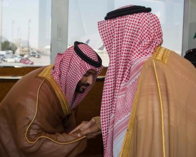 شاهد بالصور .. كيف ودع ولي العهد السعودي والده الملك سلمان بن عبد العزيز
