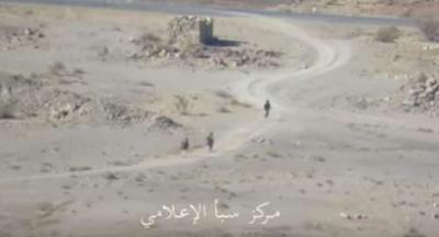 شاهد بالفيديو .. لحظة هروب مسلحين حوثيين بعد سيطرة قوات الجيش والمقاومة على مواقع في نهم شرق صنعاء