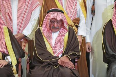 شاهد بالصور .. آثار الحزن والحسرة تظهر على الأمير مقرن بن عبد العزيز أثناء تشييع جنازة نجله