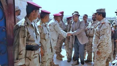الفريق علي محسن الأحمر يزور مقر دائرة العمليات الحربية في مأرب