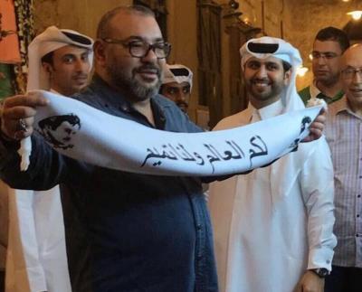 """قطر تكشف حقيقة رفع ملك المغرب وشاح مكتوب عليه """" لكم العالم ولنا تميم """""""