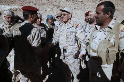 بالصور .. الفريق علي محسن الأحمر يزور جبهات القتال شرق العاصمة صنعاء