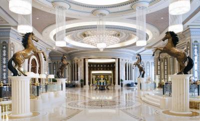 """بالفيديو.. BBC تكشف كيف يقضي الأمراء السعوديون الموقوفون أوقاتهم في فندق """" ريتز كارلتون"""""""