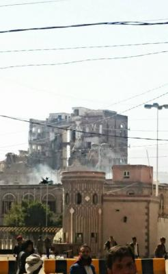 شاهد بالصور .. القصر الجمهوري بصنعاء بعد إستهدافه من قبل طيران التحالف