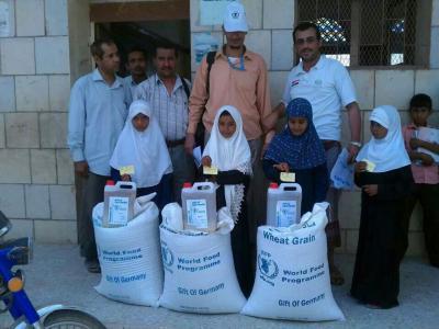 توزيع مساعدات غذائية في عشر محافظات .. مشروع التغذية المدرسية بوزارة التربية يبدأ تدشين المساعدات الغذائية لـ 100 الف طالبة